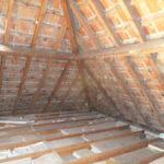 Timmerwerken van daken tijdens totaalrenovatie